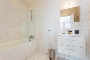 A bathroom at CMG Trocadéro/ Passy
