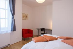 A bed or beds in a room at Gerstner Opera Residences