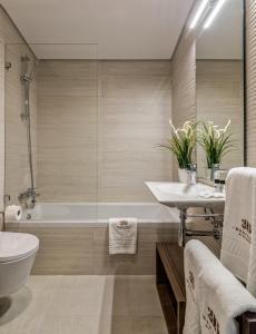 Uma casa de banho em 296 Heritage Apartments
