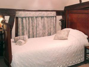 A bed or beds in a room at Old Maltsters Arms Cottage