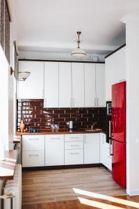 Кухня или мини-кухня в Владимирские апартаменты в центре Бреста