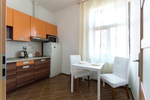 Кухня или мини-кухня в Kubelikova APARTMEET