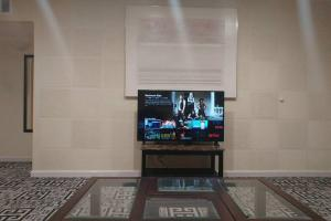 A television and/or entertainment center at Las Vegas 2Bdr, 2 min Strip, Convention, SLS, LVCC