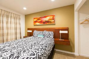 A bed or beds in a room at Las Vegas 2Bdr, 2 min Strip, Convention, SLS, LVCC