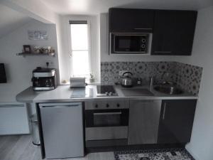 Cuisine ou kitchenette dans l'établissement Les Tournelles