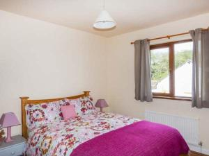 A bed or beds in a room at Ballor Cottage, Ballyvary