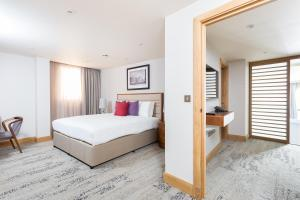A bed or beds in a room at Sanctum International Serviced Apartments Belsize