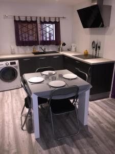 Cuisine ou kitchenette dans l'établissement 3 pieces centre d'Antibes