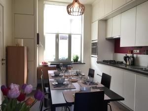 Een keuken of kitchenette bij 1,2,trois...Le Roi