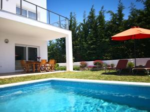 The swimming pool at or near Villa con vistas al mar