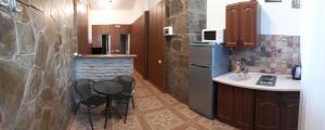 Кухня или мини-кухня в Apartments at Alupka