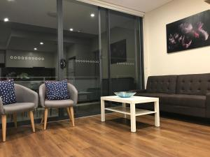 A seating area at New Modern Homebush Apartment