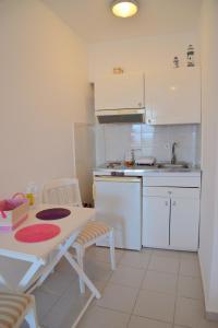 Una cocina o zona de cocina en Garyfallos