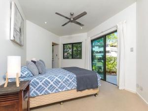 A bed or beds in a room at Yorkeys Knob Beachfront Apartment
