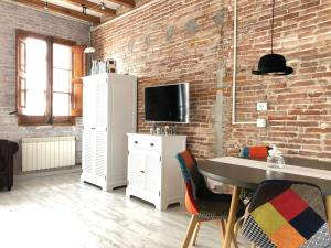 A television and/or entertainment center at Lovely loft near Barcelona center