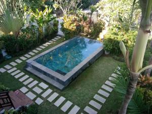 Vue sur la piscine de l'établissement Villa Red Wood Forest ou sur une piscine à proximité