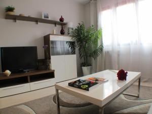 A television and/or entertainment centre at Barcelona4Seasons Gran Via Fira