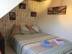 A bed or beds in a room at Katy's Home Dinard