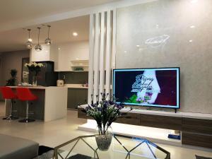 Телевизор и/или развлекательный центр в LUXURY GOLD APARTMENT 6- Rooftop Pool City View In the HEART HCM 1212