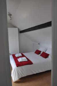 A bed or beds in a room at RESIDENCE ROCHEGUDE-Appart n°3-NEAR LA DEFENSE/PARIS