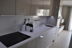 A kitchen or kitchenette at Ocean Hills Duplex Penthouse Appartement