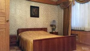 A bed or beds in a room at Apartment on Chernigovskaya