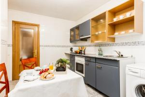 A kitchen or kitchenette at Suites Pamplona Plaza
