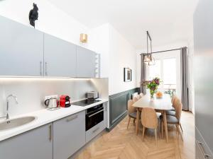 A kitchen or kitchenette at The Residence - Luxury 4 Bedroom Paris Center 3
