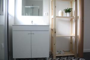 A bathroom at Casa Moderna Proxima da Praia