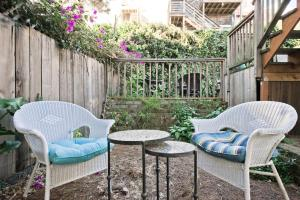 A seating area at Affordable Apartment - Near Downtown and Marina