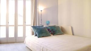 A bed or beds in a room at Central with charm and sea views