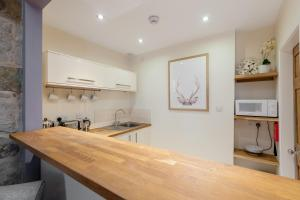 A kitchen or kitchenette at Rose Apartment