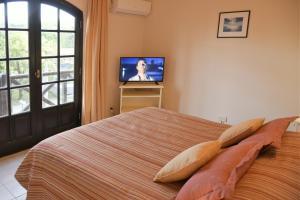 A bed or beds in a room at Apart Hotel Las Hadas Carilo