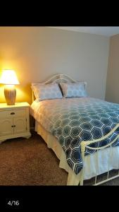 A bed or beds in a room at Contemporary condo in Summerlin