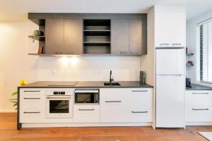 A kitchen or kitchenette at Designer Styled City Apartment with Carpark