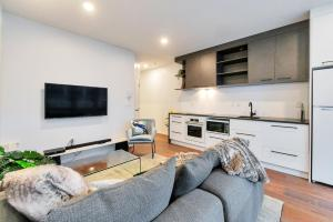 A seating area at Designer Styled City Apartment with Carpark