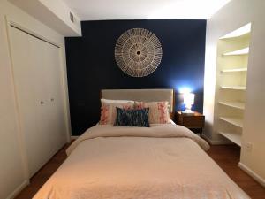 Ένα ή περισσότερα κρεβάτια σε δωμάτιο στο Cozy Condo on the Park in Mount Vernon