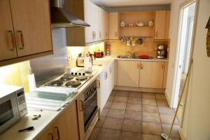 A kitchen or kitchenette at Cosy & Bright 3 Bed Apartment w/ Private Balcony