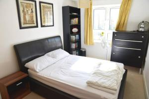 A bed or beds in a room at Cosy & Bright 3 Bed Apartment w/ Private Balcony