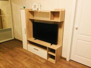 Телевизор и/или развлекательный центр в Apartment on Leonova 16
