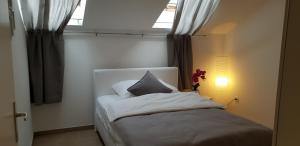 A bed or beds in a room at Urban-Style Apartment
