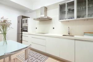 Una cocina o zona de cocina en Marina by FeelFree Rentals