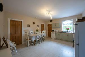 A kitchen or kitchenette at The Cottage