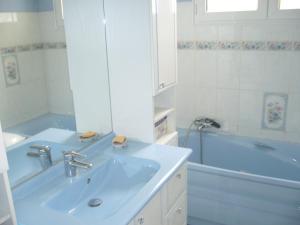 Salle de bains dans l'établissement au cédre bleu