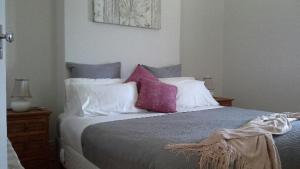 A bed or beds in a room at Book Keepers Cottage