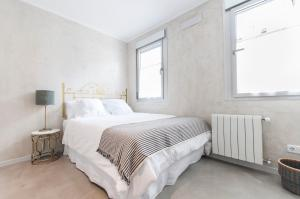 A bed or beds in a room at Atocha Madrid Center Apartment