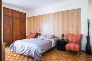 A bed or beds in a room at Spacious apartment close to the ocean