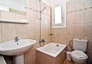Ванная комната в Odysseion Apartments