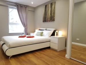 A bed or beds in a room at Glasgow's Modern & Stylish 3 Bedroom Aparment