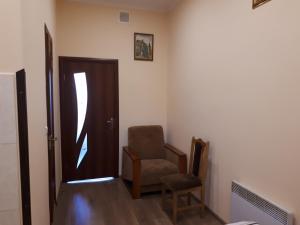 Studio on Chornovola tesisinde bir oturma alanı